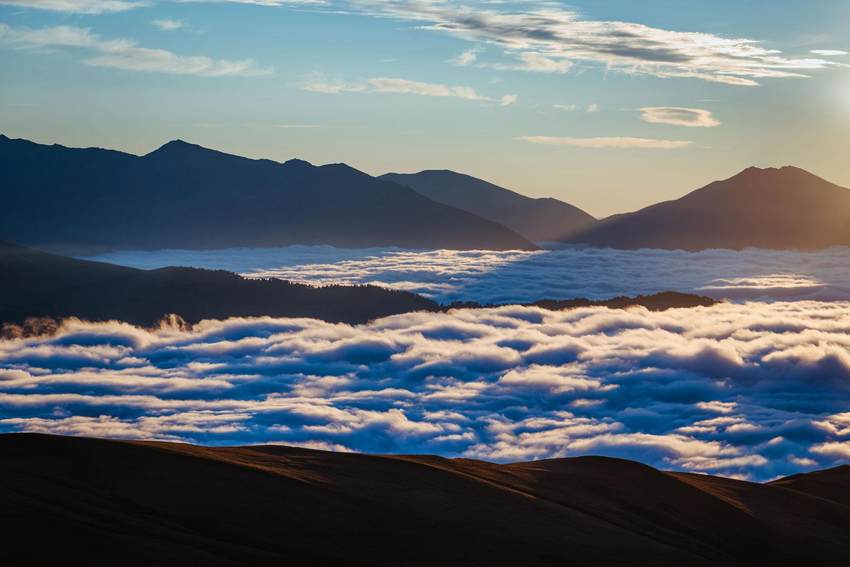 Облака между вершинами на восходе