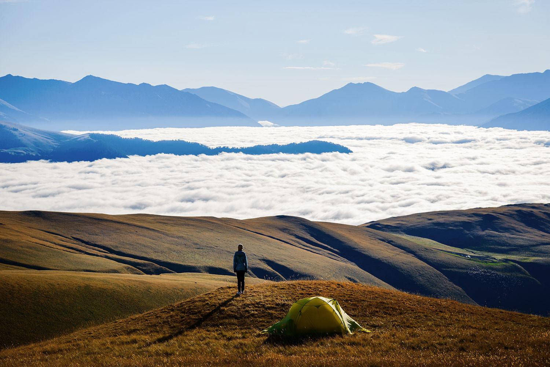Облака в горах внизу под ногами